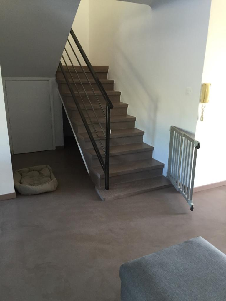 Escalier et sol résine aspect béton